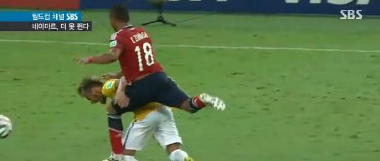 ▲네이마르의 척추골절을 야기한 콜롬비아의 수비수 수니가가 브라질팬의 살해위협을 받고 있다.(사진:SBS 뉴스 방송 캡처)