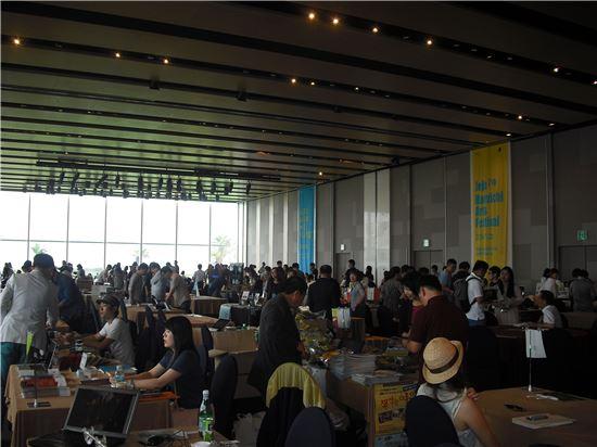 7일 제주도 서귀포시 표선면 해비치 호텔&리조트에서 '제주 해비치 아트 페스티벌'이 열렸다. 이곳 그랜드볼룸에서 153개 공연예술단체들이 부스를 차리고 아트마켓에 참여하고 있는 모습.