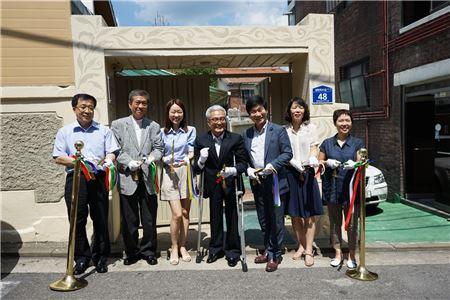 지난 4일 서울 연신내에 위치한 포도원복지센터 준공식에서 김창준 따뜻한동행 상임이사(왼쪽 세번째)를 비롯한 시설 관계자들이 기념사진을 촬영하고 있다.