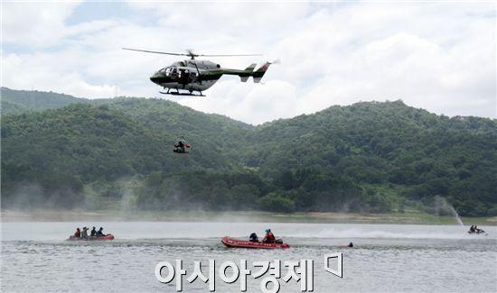 광주광역시 소방안전본부는 8일 광주호에서 119구조대원 60명을 대상으로 여름철 수난사고 대비 인명구조 훈련을 실시했다.