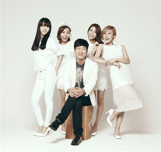 작곡가 김도훈(가운데)과 마마무 /WA엔터테인먼트 제공