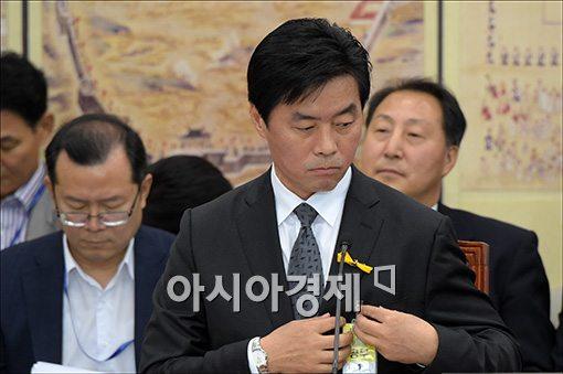 문화체육관광부 장관 정성근 후보자가 폭탄주 논란에 휩싸였다.