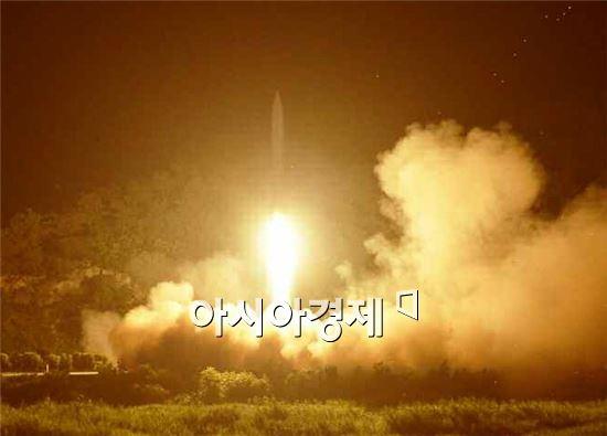 북한 김정은 국방위원회 제1위원장이 전략군 서부전선타격부대들의 전술로켓 발사훈련을 참관했다고 노동신문이 10일 보도했다. 사진은 로켓이 발사되는 모습.