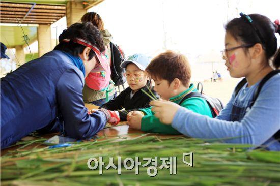 생태관광 아카데미에서 어린이들이 갈대공예 체험을 하고있다.