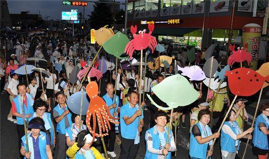 <목포해양문화축제가 오는 8월 1일부터 5일간 삼학도에서 다채롭게 열린다. 사진은 지난해 축제 때 길놀이 모습.>