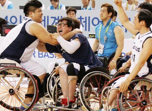 10일 인천 월드체육관에서 열린 이란전에서 한국팀이 역전승을 거두자 선수들이 얼싸안고 기뻐하고 있다.(사진제공=2014인천세계휠체어농구선수권대회 조직위원회)