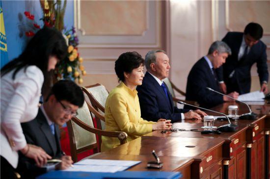 한-카자흐스탄 산림협력 MOU 체결(아스타나) 모습. 신원섭(왼쪽 안경 쓴 사람) 산림청장이 박근혜 대통령 등 두 나라 정상이 자리한 가운데 협력서에 서명하고 있다.