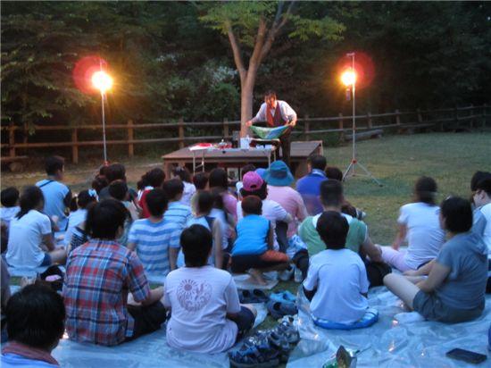 밤에 열린 '숲속 마술쇼공연' 모습