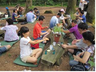 천연재료로 진드기퇴치제 만들기에 열심인 참가가족들