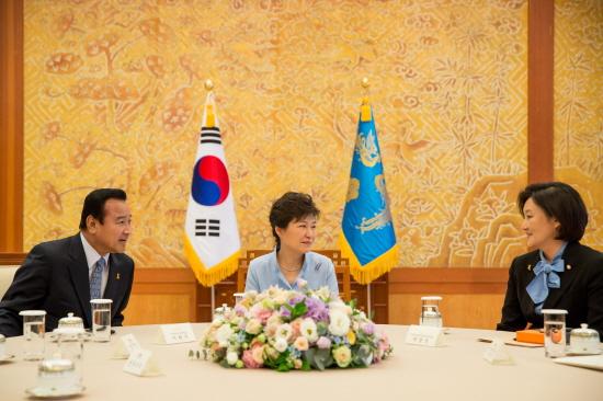 박근혜 대통령은 10일 이완구 새누리당 원내대표(왼쪽)와 박영선 새정치민주연합 원내대표(오른쪽) 등 여야 원내지도부와 청와대에서 만나 국정현안을 논의했다. (사진제공=청와대)