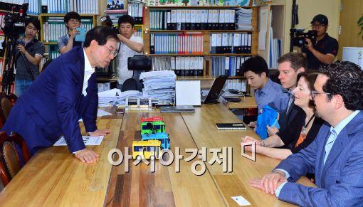 [포토]'타요'버스 설명하는 박원순 서울시장