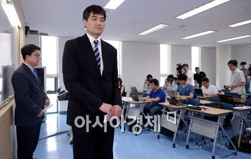 [포토]담담한 표정으로 퇴장하는 정재근 감독