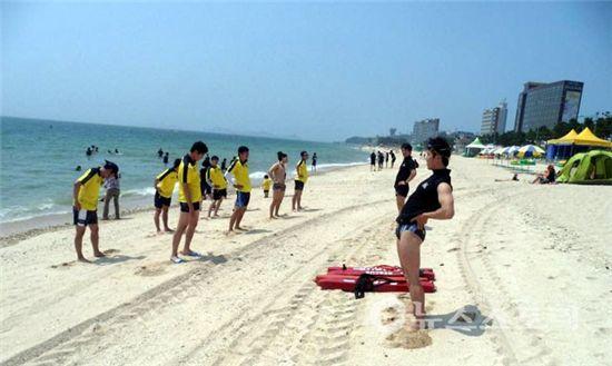 보령해양경찰서 인명구조요원들이 몸을 풀며 훈련하고 있다.