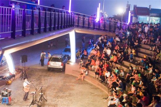 대천해수욕장 시민탑광장에서 펼쳐지는 야간공연 모습