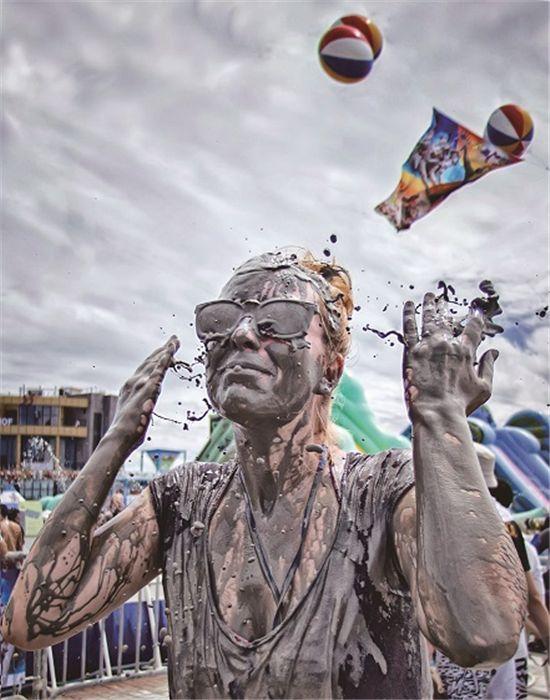 보령머드축제에 참가한 관광객이 머드를 온몸에 바른 채 즐거워 하고 있다.