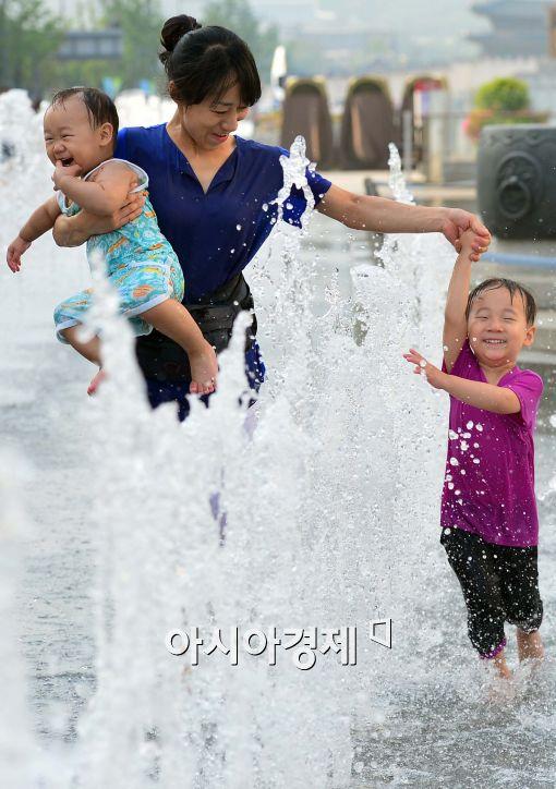 [포토]'엄마와 함께 즐기는 물놀이'