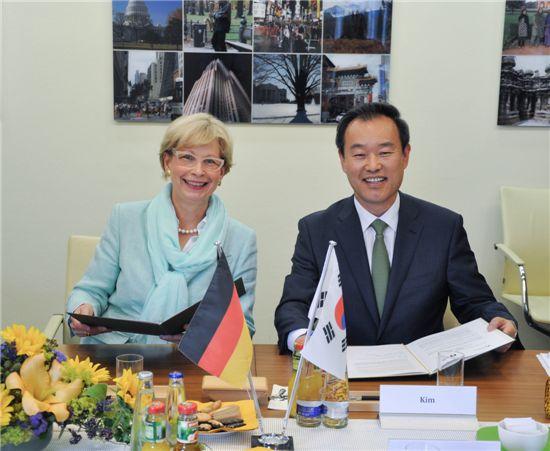 김영민(오른쪽) 특허청장과 코넬리아 루들로프-쉐퍼( Cornelia Rudloff-Schaffer) 독일 특허청장이 특허심사하이웨이(PPH) 연장 및 지식재산권 데이터 교환에 관한 MOU를 체결한 뒤 웃고 있다.