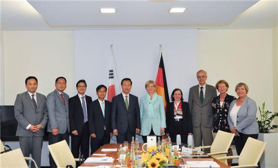 김영민(왼쪽에서 5번째) 특허청장, 코넬리아 루들로프-쉐퍼(Cornelia Rudloff-Schaffer) 독일 특허청장(왼쪽 6번째) 등 두 나라 특허관계자들이 기념사진을 찍고 있다.