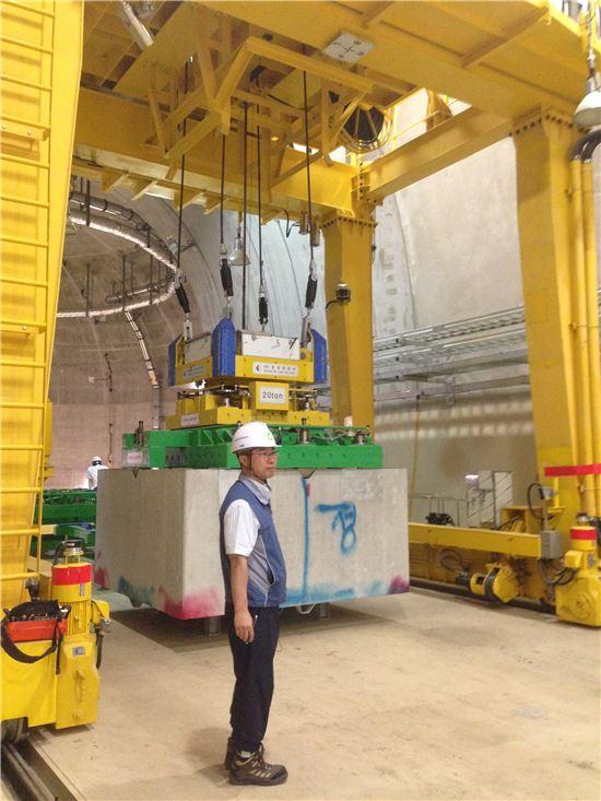 ▲경주 방폐장 지하처분시설 방사선 폐기물 운반 설비 모습. 폐기물이 담긴 드럼통은 두께 10cm의 콘크리트 컨테이너에 담겨 사일로 안에 저장된다.