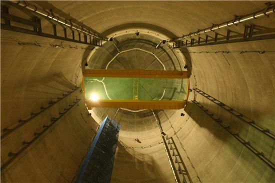 ▲경주 방폐장 지하 사일로에서 올려다본 모습. 지름 30m 높이 50m에 이르는 사일로 6개가 있다.