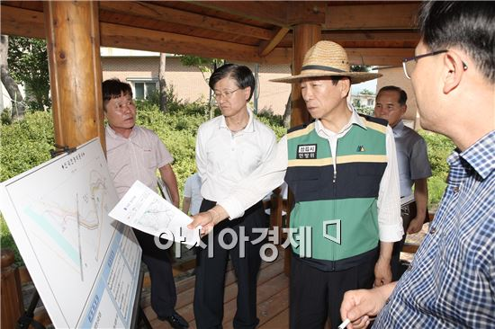 김생기 정읍시장이 재해위험지구 현장점검을 하고있다.