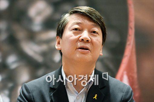 [포토]기자간담회 갖는 안철수 대표