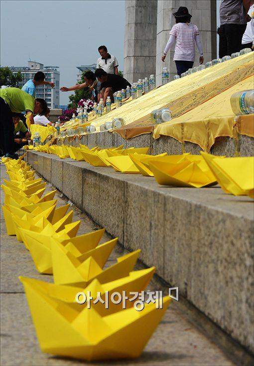 [포토]국회 본청앞에 노란 종이배