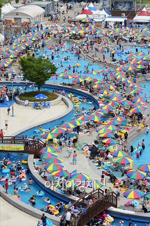 [포토]수영장 찾은 시민들