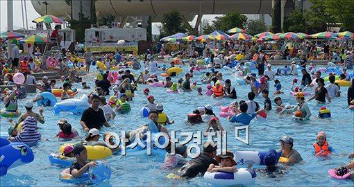 [포토]북적이는 수영장