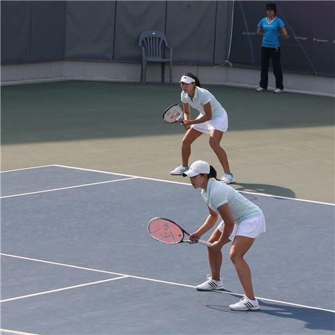 여자 테니스대표팀 류미(위쪽)와 한나래[사진 제공=대한테니스협회]