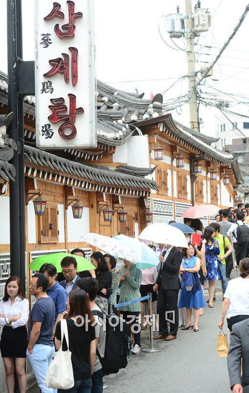 7일인 오늘 말복과 입추가 겹쳐 화제다. 사진은 복날 삼계탕집 앞에서 줄을 서서 기다리는 시민들.