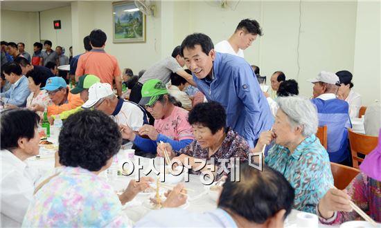 함평군 청년회 회원들이 어른신들에게 삼계탕을 대접하고있다.