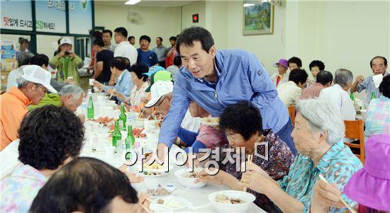 함평군 청년회 회원들이 어른신들에게 삼계탕을 대접하면서 위로 격려했다.
