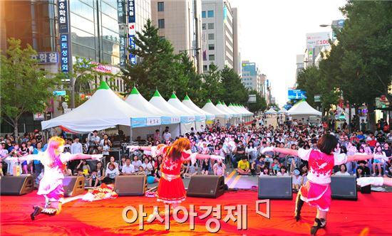 호남대랄랄라스쿨(대표 정영기)은 지난 19일 광주광역시 금남로 아시아문화의 전당 앞 광장에서 경연을 펼치고 있다.