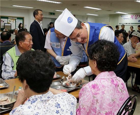 박인규 DGB금융그룹 회장이 지난 18일 대구·경북 지역 노인복지시설에서 '사랑의 福삼계탕' 나눔 행사를 진행하고 있다.(사진제공=DGB금융그룹)