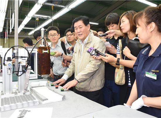최경환 부총리가 20일 인천남동공단 소재 (주)파버나인(대표 이제훈)을 방문,  제품 생산라인에서 직접 체험을 하고 있다.