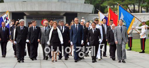[포토]현충원 나서는 포르투갈 대통령