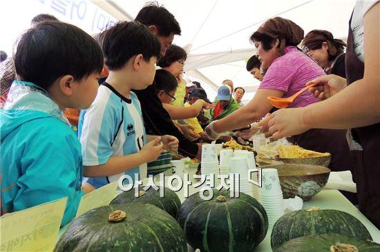 함평군(군수 안병호)이 18~19일 월야면 월야농협농산물산지유통센터에서 개최한 '2014 함평단호박 큰잔치'가 성료했다. 관광객들이 호박음식을 먹기위해 줄을 서고 있다.