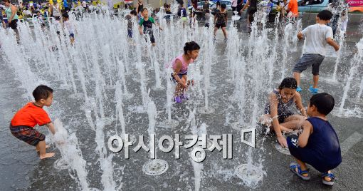 [포토]휴일 맞아 광화문 분수대에서 더위 식히는 어린이들