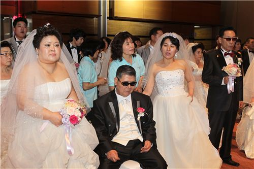 ▲2012년 합동결혼식 당시 사진. 왼쪽부터 최명려씨, 송광춘씨.