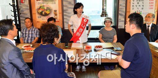 [포토]동작구 외식업중앙회 회원들과 대화하는 나경원 후보