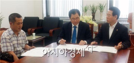 신우철 완도군수(가운데)와 정명성 예산담당이 김영록 국회의원(오른쪽)을 찾아가 광주-완도 고속도로 예산관련 면담을 하고 있다