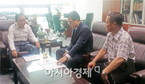 신우철 완도군수(가운데)와 정명성 예산담당이 장병완 국회의원(왼쪽)을 찾아가 광주-완도 고속도로 예산관련 면담을 하고 있다