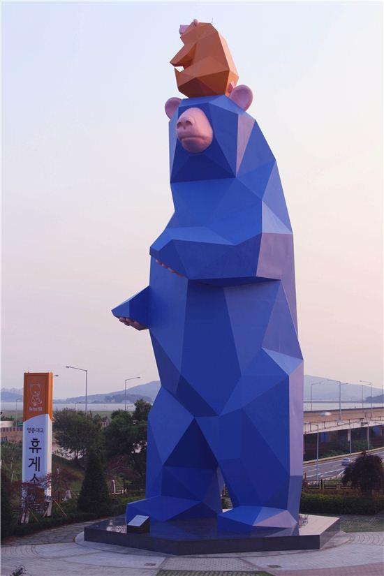 세계에서 가장 큰 철제 조각품으로 기네스북에 등재된 '포춘베어(Fortune Bear)' 모습. 포춘베어는 길이 9m, 폭 9.7m, 높이 24m 규모로 영종대교 휴게소에 설치돼 있다.