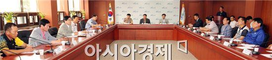 장성군은  22일 군청 상황실에서 유두석 군수를 비롯한 11개 읍면 이장협의회장이 참석한 가운데 주민의견 수렴 및 군정발전을 논의하기 위한 이장협의회장과의 간담회를 개최했다.
