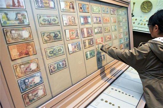 화폐박물관을 찾은 학생이 외국지폐를 손으로 가리키고 있다.