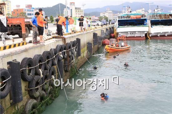 한국해양구조대 완도지역대(대장 최훈) 대원 30여명이 완도항에서 수중정화활동을 전개 했다.