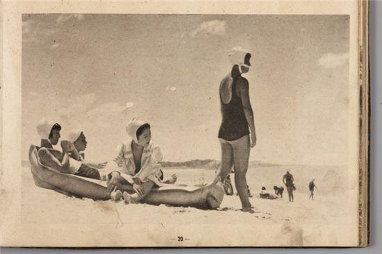 옛 대천해수욕장에서 더위를 식히고 있는 피서객들. 이 추억의 사진은 해수욕장 기획특별전시장에 가면 볼 수 있다.