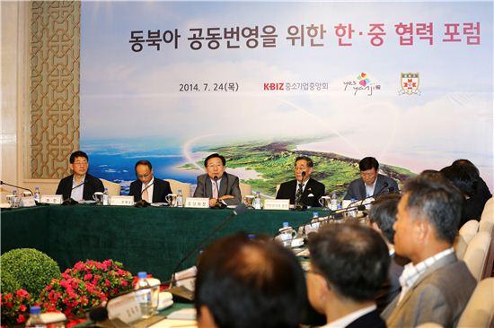 김기문 중소기업중앙회장(왼쪽 세번째)이 한중협력포럼에서 발언을 하고 있다.