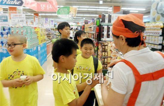 장성군 서삼초등학교(교장 김흥수) 전교생 47명이  아주 특별한 도시나들이에 나서 대형마트에서 경제활동을 배우고 있다.
